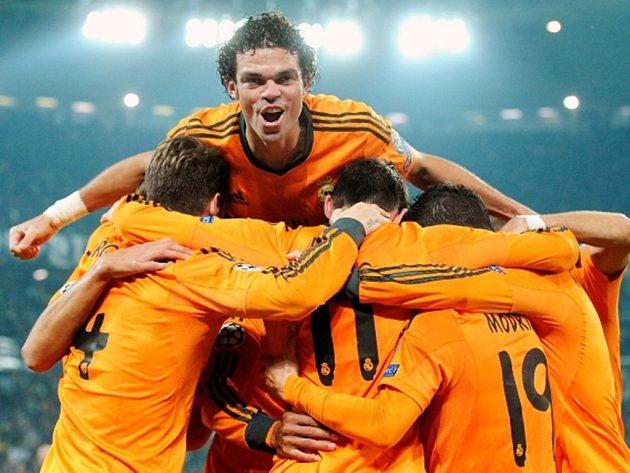 Radost fotbalistů Realu včele s Marcelem po gólu na hřišti Juventusu.