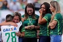 EMOCE V CHAPECÓ. Chapecoense začíná nová éra. Před charitativním zápasem s Palmeiras se vzpomínalo na oběti letecké katastrofy z 29. listopadu. Přišly i manželky 19 mrtvých fotbalistů i hráči, kteří přežili.