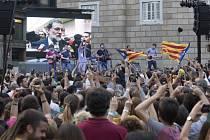 Oslavy separatistů v Barceloně, v pozadí na obrazovce Mariano Rajoy