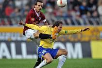 Sparta - Teplice 1:0. Na snímku v souboji Tomáš Sivok (vlevo) s Tomášem Junem.