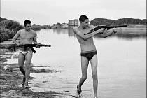 Gomora. Antihrdinové Garroneho filmu Marco a Ciro (Marco Macor a Ciro Petrone) jsou fascinováni zbraněmi. Typický úkaz praktik neapolské mafie a vlivu na nejmladší generaci.