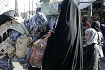 Irácký policista kontroluje v Bagdádu poutníky, kteří dorazili na oslavy svátku Ašúra.