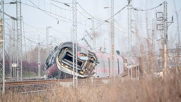 U italského města Lodi vykolejil rychlovlak. Dva lidé při nehodě zahynuli, desítky utrpěly zranění.