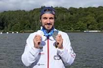 Kanoista Martin Fuksa ukazuje dvě stříbrné medaile, které získal na mistrovství světa v rychlostní kanoistice v Kodani.