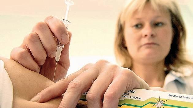 OČKOVÁNÍ PROTI ENCEFALITIDĚ. S očkováním každý rok mnoho lidí čeká na poslední chvíli, až nakonec propásnou šanci.