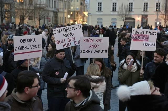 Proti volbě komunisty Zdeňka Ondráčka do čela sněmovní komise pro kontrolu Generální inspekce bezpečnostních sborů (GIBS) protestovali lidé 5. března 2018 v Brně.