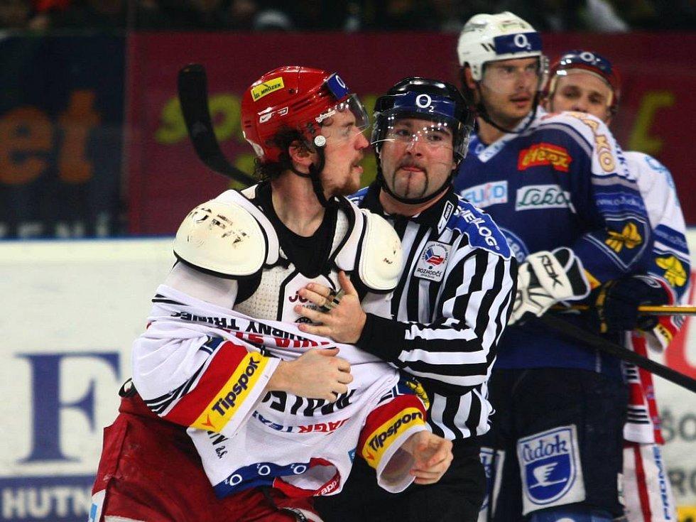 Třinecký Malec (na snímku) a plzeňský Dvořák po vzájemné bitce duel nedohráli.