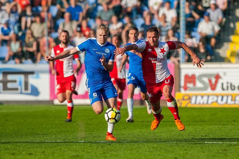 Zápas 25. kola první fotbalové ligy mezi týmy FC Slovan Liberec a SK Slavia Praha se odehrál 22. dubna na stadionu U Nisy v Liberci. Na snímku zleva Jan Mikula a Stanislav Tecl.