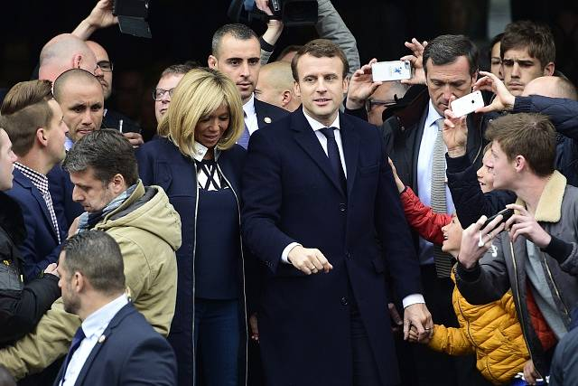 Emmanuel Macron přijíždí do volební místnosti