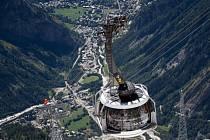 Provoz lanovky, která se táhne nad ledovci v údolí Vallée Blanche a spojuje Francii s Itálií, přerušilo kolem 16:00 SELČ zkřížení kabelů, a to z neznámých důvodů.