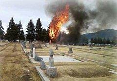 Letoun dopadl na místní hřbitov, asi 150 metrů od přistávací dráhy.