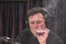 Elon Musk kouří marihuanu.