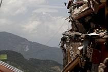 V Nepálu byly nalezeny trosky amerického vojenského vrtulníku, který pomáhal obětem zemětřesení. Stroj s šesti příslušníky americké námořní pěchoty a dvěma nepálskými vojáky na palubě se pohřešoval od úterý.