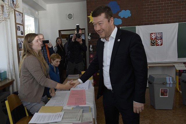 Předseda hnutí SPD Tomio Okamura odevzdal v Základní škole Na Slovance v Praze 8 svůj hlas v komunálních a senátních volbách.