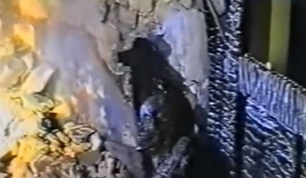 Trhlina ve zdi ukrývala lidskou lebku