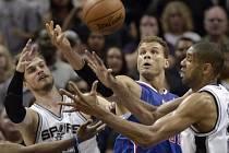Opora Los Angeles Clippers Blake Griffin (uprostřed) bojuje o 'horký' míč s Time Duncanem (vpravo) a Tiago Splitterem ze San Antonia.