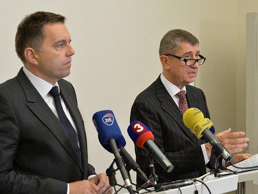 Ministři financí Česka Andrej Babiš (vpravo) a Slovenska Peter Kažimír (vlevo) vystoupili 26. listopadu v Praze na tiskové konferenci po společném jednání.