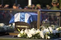 Urna se zpopelněným kubánským autoritářským vůdcem Fidelem Castrem, který zemřel minulý týden v pátek ve věku 90 let, se dnes z Havany vydala na čtyřdenní pietní pouť do Santiaga de Cuba na východě země.