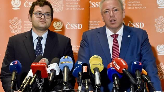 Předseda poslaneckého klubu ČSSD Jan Chvojka a statutární místopředseda strany Milan Chovanec.