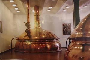 Z pivovaru Meloun už zbyly jen komín, fotka varny a nástěnné malby. Dnes se v místě nachází malý Motorest U lípy.