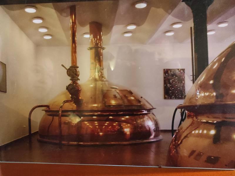 Z pivovaru Meloun už zbyly jen komín, fokta varny a nástěnné malby. Dnes se v místě nachází malý Motorest U lípy.