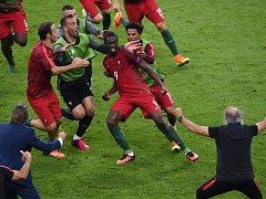 Portugalec Eder slaví gól, který vstřelil ve 109. minutě prodloužení Francii