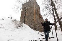 Hlavní věž hradu Radyně slouží jako rozhledna, ale také jako vysílač.