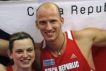 Čeští medailisté Lucie Škrobáková a Petr Svoboda pózují fotografům.