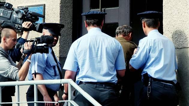 Eskorta odvádí zadrženého Slováka do hradecké vazební věznice