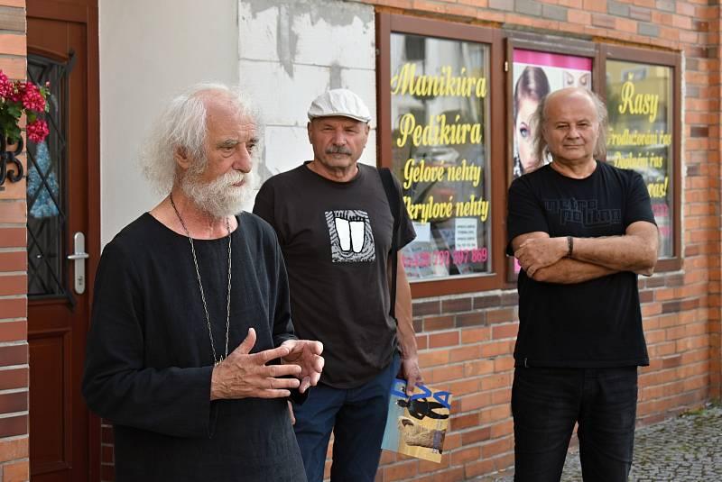 Jindřich Štreit (vlevo) je světově uznávaným dokumentárním fotografem. Před nedávnem oslavil 75. narozeniny