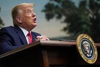Americký prezident Donald Trump poprvé po více než třech týdnech odpovídal na otázky médií a ani jeho sváteční tisková konference se neobešla bez ostřejších výroků.