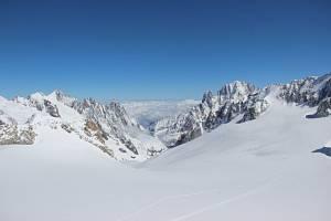 Pohled z vrcholu Pointe Helbronner, který se nachází v Montblanském masivu v Alpách na pomezí Itálie a Francie