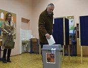 Mirek Topolánek byl volit v doprovodu Lucie Talmanové