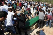 Za hlasitého nářku dnes pohřbili příbuzní některé oběti sobotního útoku na svatbu v jižním Turecku, který si vyžádal 51 mrtvých a podle různých zdrojů až stovku zraněných.