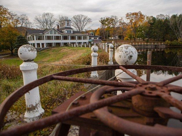 Opuštěná americká vesnice Johnsonville má po dramatické internetové dražbě nového majitele, který za opuštěnou obec s rybníkem, kaplí a několika domy zaplatil 1,9 milionu dolarů (42 milionů Kč).