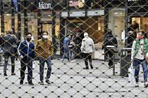 Lidé s rouškami v Essenu