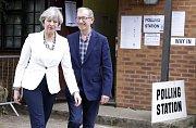 Theresa Mayová s manželem Philipem před volební místností