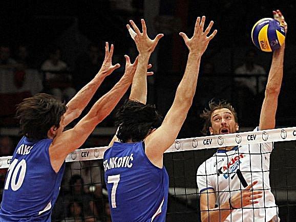 Volejbalisté Srbska (v modrém) se mohli spolehnout ve finále mistrovství Evropy na brilantní práci blokařů,