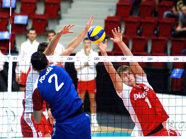 Čeští volejbalisté (v modrém) na mistrovství Evropy proti Polsku.