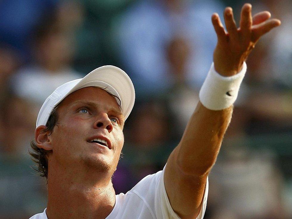 Tomáš Berdych podává v osmifinále Wimbledonu proti Andy Roddickovi.