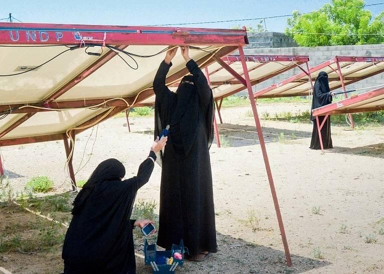 Jemenské ženy si kousek od fronty staví malé solární elektrárny