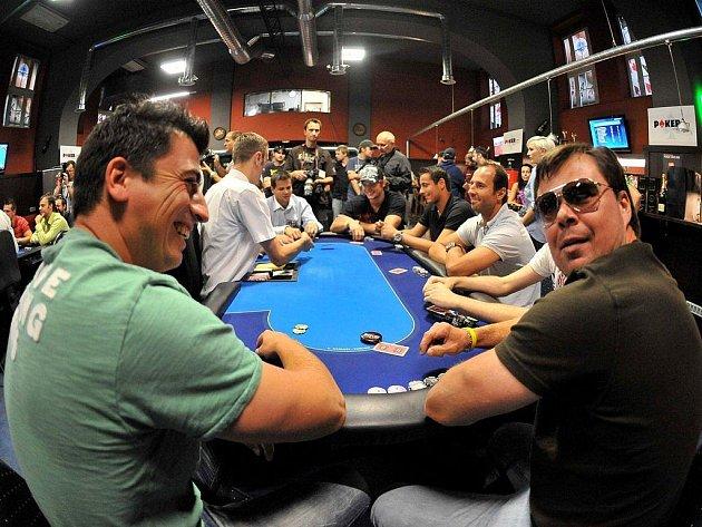 Jaroslav Špaček s Tomášem Kaberlem (vlevo) se při pokeru dobře bavili.