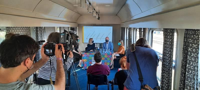 Ministr školství, mládeže a tělovýchovy Robert Plaga a ředitelka Domu zahraniční spolupráce Dana Petrová na tiskové konferenci.