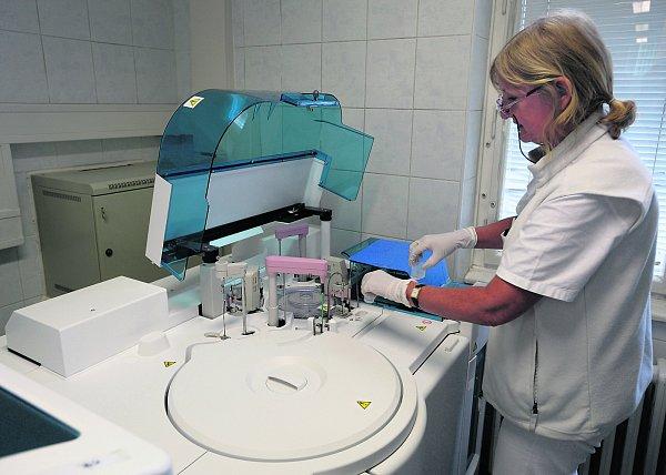 Vzorky se testují na automatických linkách.
