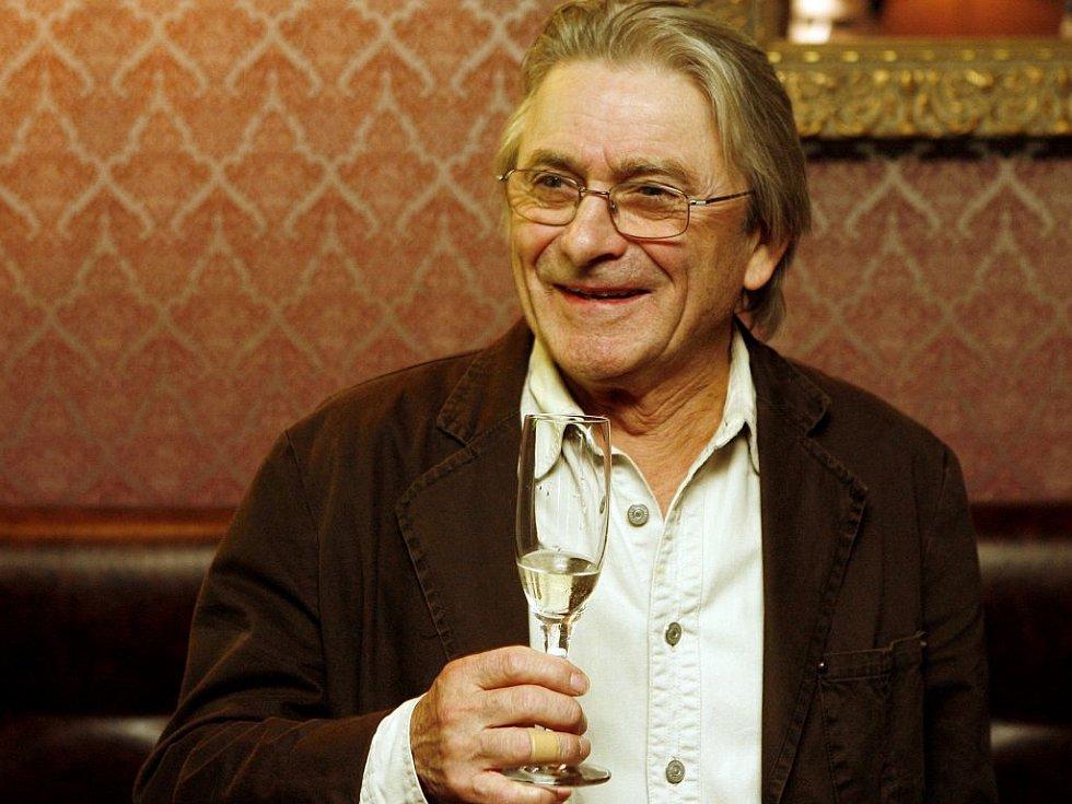 INTERPRET. Herec Ladislav Mrkvička na křtu namluvených CD v restauraci Styl 26. září v Praze.