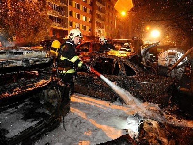 Noční požár kontejneru zničil čtyři auta.
