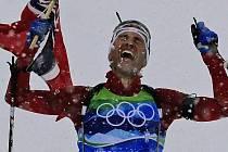 Norský legendární biatlonista Ole Einar Björndalen protíná cíl olympijské štafety.