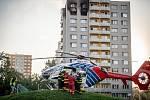 Požár výškového domu kde zamřelo celkem 11 lidí, 8. srpna 2020 v Bohumíně. Vrtulník letecké záchranné služby transportuje jednoho zraněného do nemocnice.