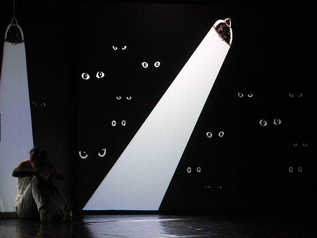 Nový projekt S/HE IS NANCY JOE zavede diváky do plastického světa divadelních iluzí.