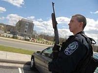 Policista hlídkuje v areálu univerzity.
